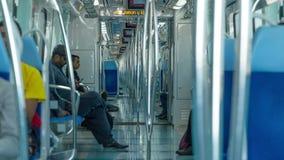 I passeggeri guidano la metropolitana verso il centro finanziario nel Dubai video d archivio