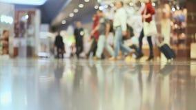 I passeggeri hanno trascinato il bagaglio che camminano sul modo all'aeroporto Soltanto vista 2 delle gambe video d archivio