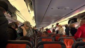 I passeggeri nella cabina prima del decollo archivi video