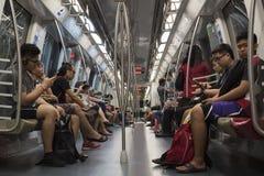 I passeggeri permutano nel sottopassaggio a Singapore immagine stock