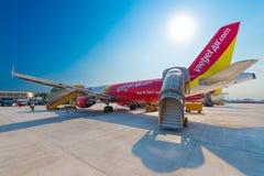 I passeggeri salgono a bordo l'aereo Immagine Stock