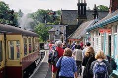 I passeggeri sbarcano da North Yorkshire d'annata attracca i carrelli ferroviari fotografia stock libera da diritti