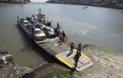 I passeggeri sbarcano da un piccolo traghetto Regno Unito immagini stock libere da diritti