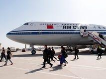 I passeggeri scendono da un aereo l'aeroplano dopo l'atterraggio nella porcellana di Pechino Fotografia Stock Libera da Diritti