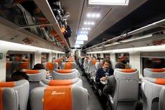 I passeggeri si siedono nel treno ad alta velocità di trenitalia Fotografie Stock
