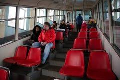 I passeggeri si siedono nell'automobile funicolare fotografia stock