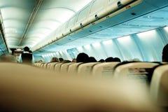 I passeggeri sono chiesti di prendere i sedili e fissare le loro cinture di sicurezza Immagini Stock
