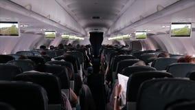 I passeggeri sono sedentesi ed addormentati su un aeroplano stock footage