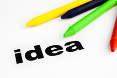 I pastelli di cera colorati hanno organizzato sull'idea di parola immagini stock libere da diritti