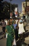 I patiti indù fanno il loro modo a Gange fotografia stock