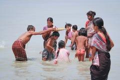 I patiti prendono la immersione santa nel Brahmaputra fotografia stock