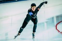 I pattinatori 500 della velocità dell'atleta della ragazza misura il distnace con un contatore corrente Fotografia Stock Libera da Diritti