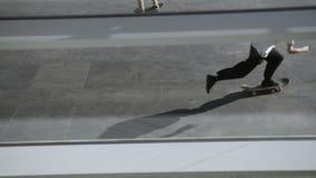 I pattinatori fa i trucchi differenti nel parco pubblico del pattino all'aperto stock footage