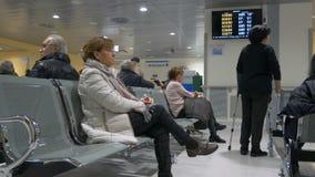 I pazienti fanno la coda nella sala di attesa dell'ospedale per il medico video d archivio