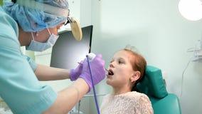 I pazienti la malattia OTORINOLARINGOIATRICA, l'otorinolaringoiatria del trattamento del medico di medico nel centro medico, pedi video d archivio