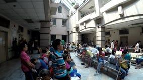 I pazienti soffrono l'attesa nella coda sul corridoio dell'atrio dell'ospedale video d archivio