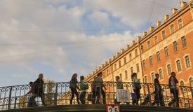 I pedoni camminano su un piccolo ponte a St Petersburg Immagini Stock Libere da Diritti