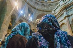 I pellegrini adorano il Gesù Cristo in chiese ortodosse a Gerusalemme durante la festa di pasqua immagine stock libera da diritti