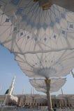 I pellegrini camminano sotto gli ombrelli giganti Immagini Stock Libere da Diritti