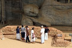 I pellegrini intorno a Gal Vihara, in Polonnaruwa immagine stock