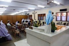 I pellegrini pregano accanto alla tomba di Madre Teresa in Calcutta Fotografie Stock