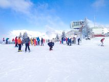I pendii della cabina di funivia e dello sci della seggiovia nelle montagne dell'inverno di Les Houches ricorrono, alpi francesi Immagini Stock