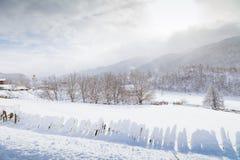 I pendii delle montagne di Caucaso in sole della nuvola Fotografia Stock