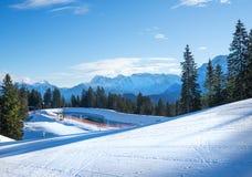 I pendii per corsa con gli sci della montagna alla Garmisch-parità vicina superiore di Hausberg Fotografie Stock Libere da Diritti