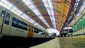 I pendolari ammucchiano fuori dal treno in Victoria Railway Station a Londra stock footage