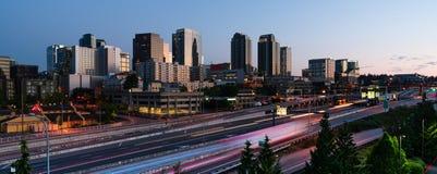 I pendolari di primo mattino creano le tracce leggere prima dell'ora di punta dentro fotografie stock libere da diritti