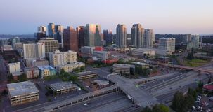 I pendolari di primo mattino passano dall'architettura moderna prima dell'ora di punta in Bellevue Washington archivi video