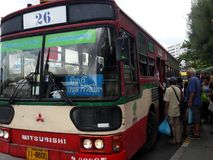 I pendolari si imbarcano su un bus a Victory Monument Fotografie Stock