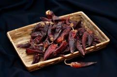 I peperoncini roventi secchi stanno trovando in un mucchio, glitering con differenti tonalità di rosso Fotografie Stock