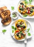 I peperoni dolci arrostiti hanno farcito l'insalata greca - gli aperitivi deliziosi, spuntini su un fondo leggero, vista superior fotografia stock