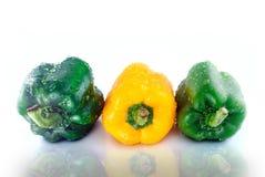 I peperoni dolci gialli verdi innaffiano la riflessione di gocce Fotografia Stock Libera da Diritti
