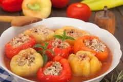 I peperoni dolci hanno riempito di carne tritata, di riso e di verdure Fotografie Stock