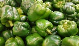 I peperoni dolci verdi freschi su un mercato stanno fotografie stock libere da diritti