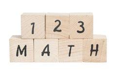 I per la matematica sommano con i blocchi di legno. Immagini Stock