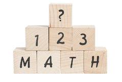 I per la matematica sommano con i blocchi di legno. Immagini Stock Libere da Diritti
