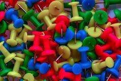 I perni multicolori di spinta riempiono l'intero schermo - immagine immagini stock