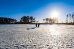 I pescatori con il loro fermo sta andando su ghiaccio Immagine Stock