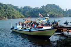 I pescatori editoriali abbassa le catture di pesci Immagine Stock Libera da Diritti