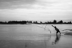 I pescatori gettano una rete da pesca per pescare i pesci fotografie stock