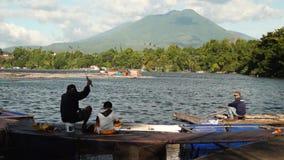 I pescatori hanno fuso la loro esca facendo uso della canna da pesca sul lago della montagna archivi video