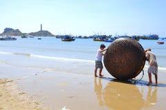 I pescatori locali stanno preparando la loro barca del canestro per un nuovo giorno lavorativo nella spiaggia di Lagi Immagini Stock