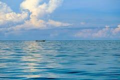 I pescatori navigano le loro barche del longtail fuori al mare per pescare Fotografia Stock