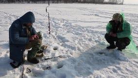 I pescatori pesca un pesce video d archivio