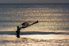 I pescatori su Bali getta la rete Immagini Stock