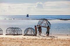 I pescatori su Koh Phangan preparano l'ingranaggio per pescare Fotografie Stock