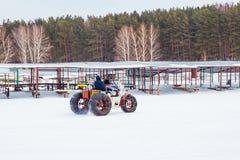 I pescatori vanno su gatto delle nevi casalingo con pesca sul ghiaccio Fotografia Stock Libera da Diritti